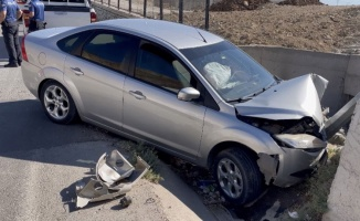Adıyaman'da virajı alamayan otomobil direğe çarptı: 1 yaralı