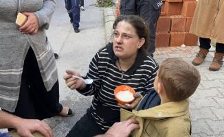 Balıkesir'de evlerinde yangın çıkan anne ile çocuğu dumandan etkilendi