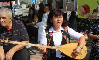 Balıkesir'de kurulan koro, konserlere gelemeyenler için ilçeleri geziyor