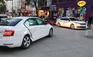 Bilecik'te iki otomobilin çarpışması sonucu 4 kişi yaralandı