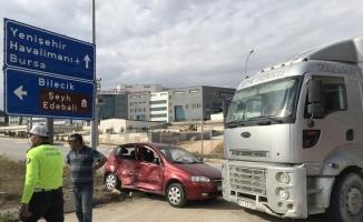 Bilecik'te kamyonla çarpışan otomobildeki 2 kişi yaralandı