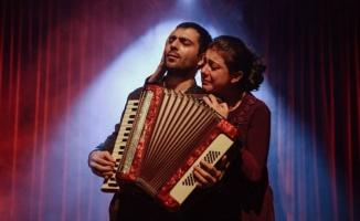 Bursa Nilüfer Kent Tiyatrosu Kuş Öpücüğü ile sahnede