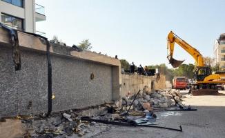 Didim'de 'İkiz Kuleler'in kaçak yapılan binaların yıkımına başlanıldı