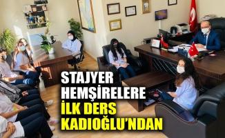 Dr. İlhan Kadıoğlu, Gebze İlçe Sağlık Müdürlüğü'nde lise stajını yapmaya başlayan Sağlık Bakım Teknisyenliği, Ebe Yardımcılığı ve Hemşire Yardımcılığı gibi bölümlerde eğitim gören öğrencilerle sohbet ederek onlara çeşitli tavsiyelerde bulundu.