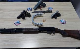 Edirne'de araçlarında ruhsatsız silahlar ele geçirilen 3 kişi gözaltına alındı