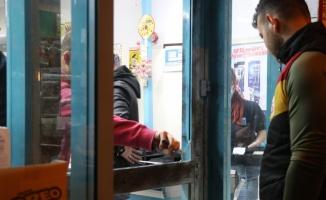 Edirne'de hırsızlık zanlısı marketi soyduktan sonra kapının camını kırarak kaçtı