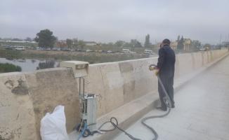 Edirne'de Tarihi Tunca Köprüsü'ne sprey boya ile zarar verildi