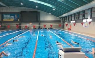 İzmir Bergama'da kapalı yüzme havuzuna ilgi yoğun