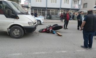 Kamyonet ile çarpışan motosikletin sürücüsü yaralandı