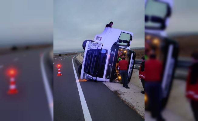 Keşan'da devrilen tırın sürücüsü yaralandı