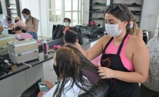 KKTC'de meme kanseri farkındalığına saç ve güzellik bakımı