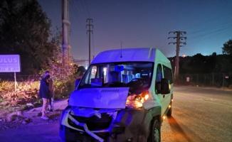 Kocaeli'de kargo kamyonuyla işçi servisinin çarpıştığı kazada 5 kişi yaralandı