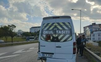 Kocaeli'de servis minibüsü ile otomobilin çarpıştığı kazada bir kişi yaralandı