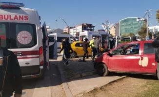 Kocaeli'de taksi ile otomobilin çarpıştığı kazada 3 kişi yaralandı