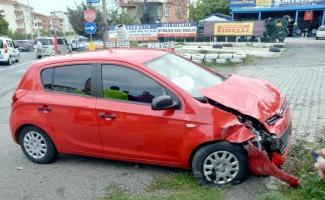 Kocaeli'de ters yöne giren otomobil panelvanla çarpıştı, 2 kişi yaralandı