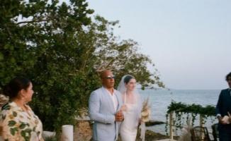Rol arkadaşının kızını düğününde yalnız bırakmadı