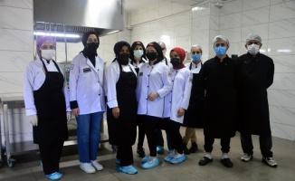 Sakarya'da liseliler her gün 1800 öğrenciye yemek hazırlıyor