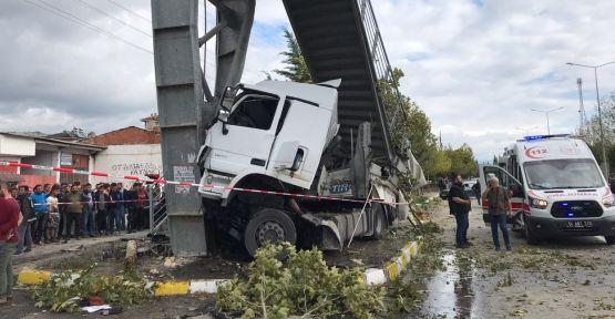 Tır otobüs durağına çarptı: 2 ölü, 3 yaralı