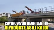 Çayırova'da devrilen tır viyadükte asılı kaldı
