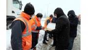 Büyükakın karla mücadele eden ekiplere tatlı ikram etti