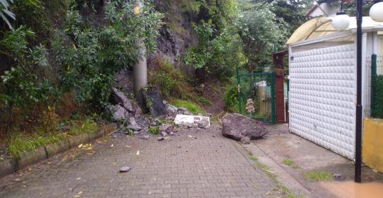 Yamaçtan kopan kaya parçası evin önüne düştü